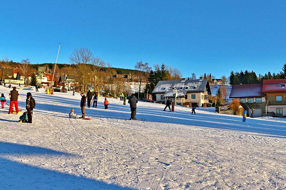 Wintersportler an der Talstation von Benecko