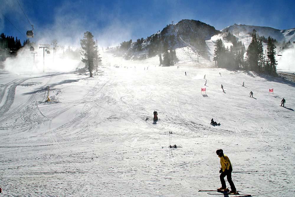 Skifahrer auf einer Piste in der Mammoth Mountain Ski Area