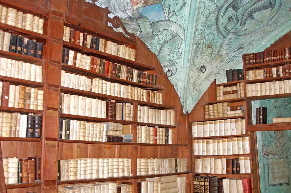 Bücher in der Prädikantenbibliothek in der Nikolaikirche Isny