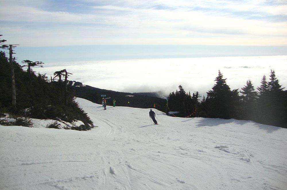 Skifahrer auf einer Piste im Skigebiet Killington