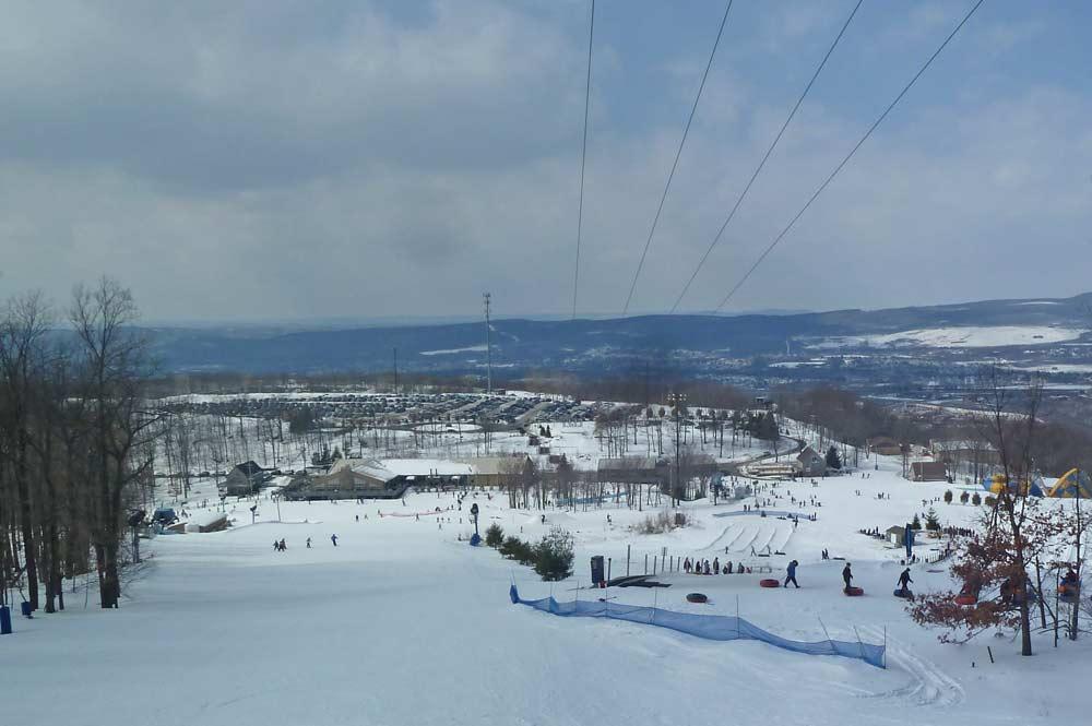 Blick vom Berg hinunter ins Skigebiet Montage Mountain