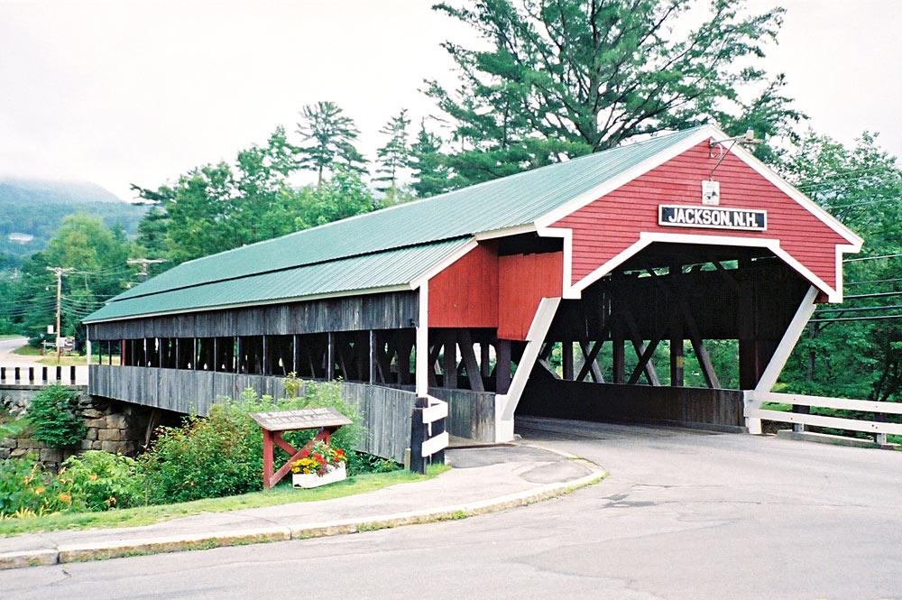Blick auf die überdachte Honeymoon Brücke aus Holz in Jackson, New Hampshire