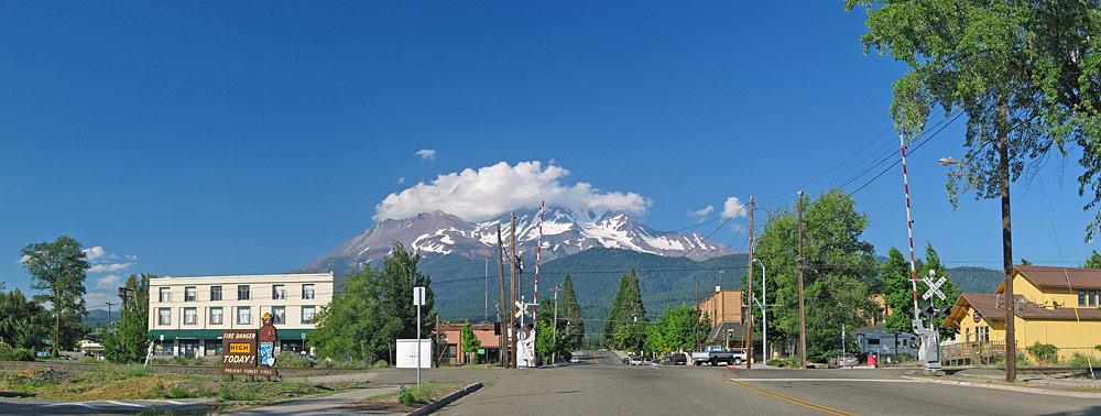 Panorama von Downtown Mount Shasta mit dem gleichnamigen Berg im Hintergrund