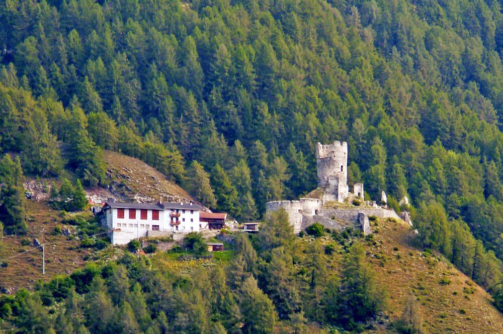 Blick auf die Burgruine Rotund in Taufers im Münstertal