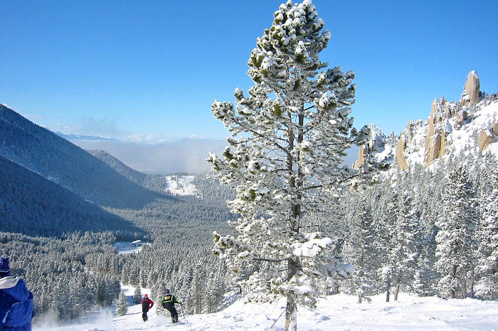 Skifahrer auf einer Piste im Red Lodge Mountain Resort