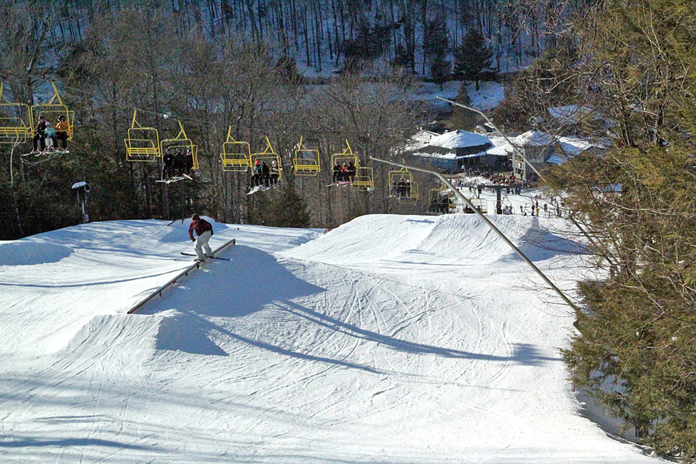 Blick auf den Snowpark, Pisten und Sessellift im Skigebiet Ski Sundown