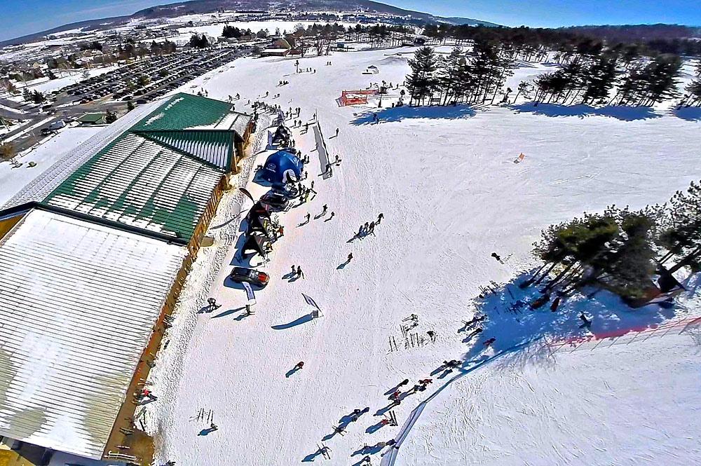 Luftaufnahme der Talstation des Wisp Resorts