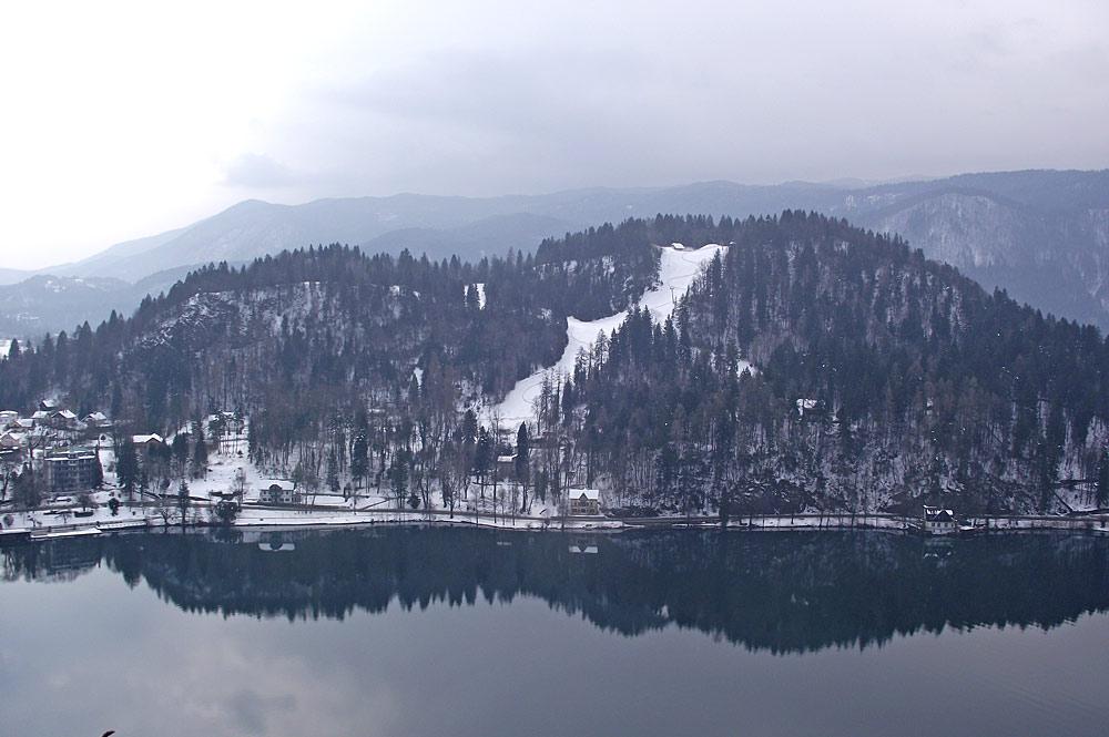 Blick auf den Bleder See und die Piste des Skigebiets Bled-Straza