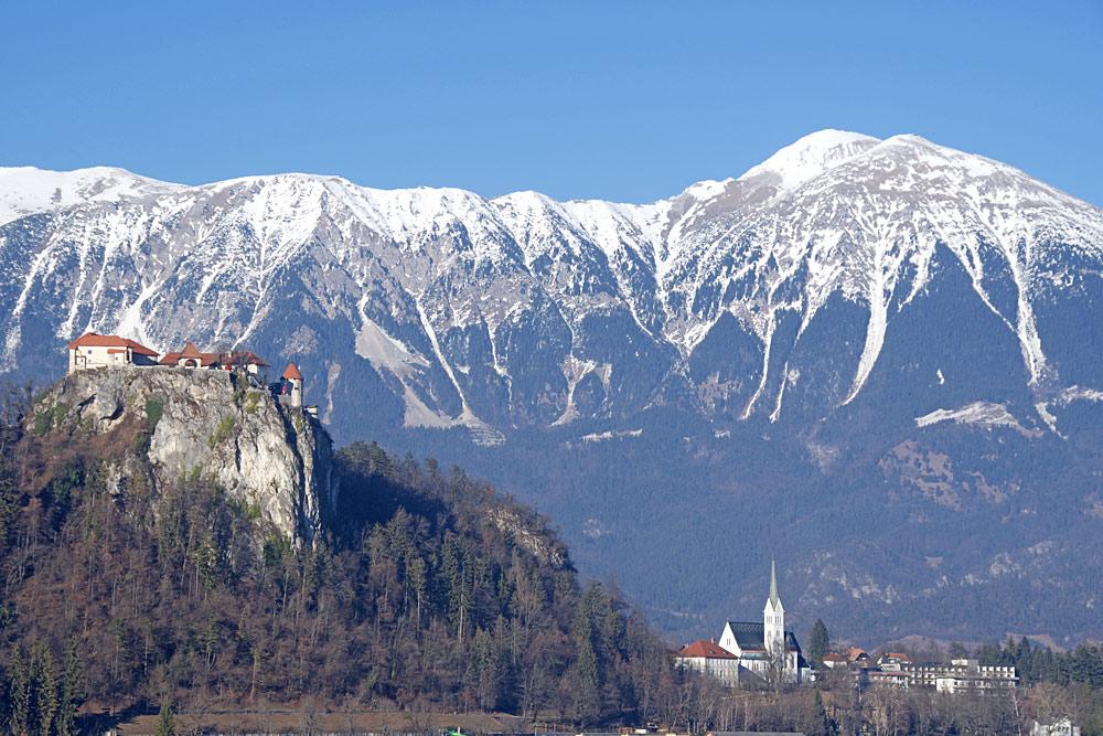 Blick auf die Marienkirche auf der Insel im Bleder See und die Burg von Bled