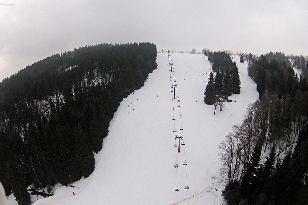Piste und Sessellift im Skigebiet Vitkovice Krkonosich