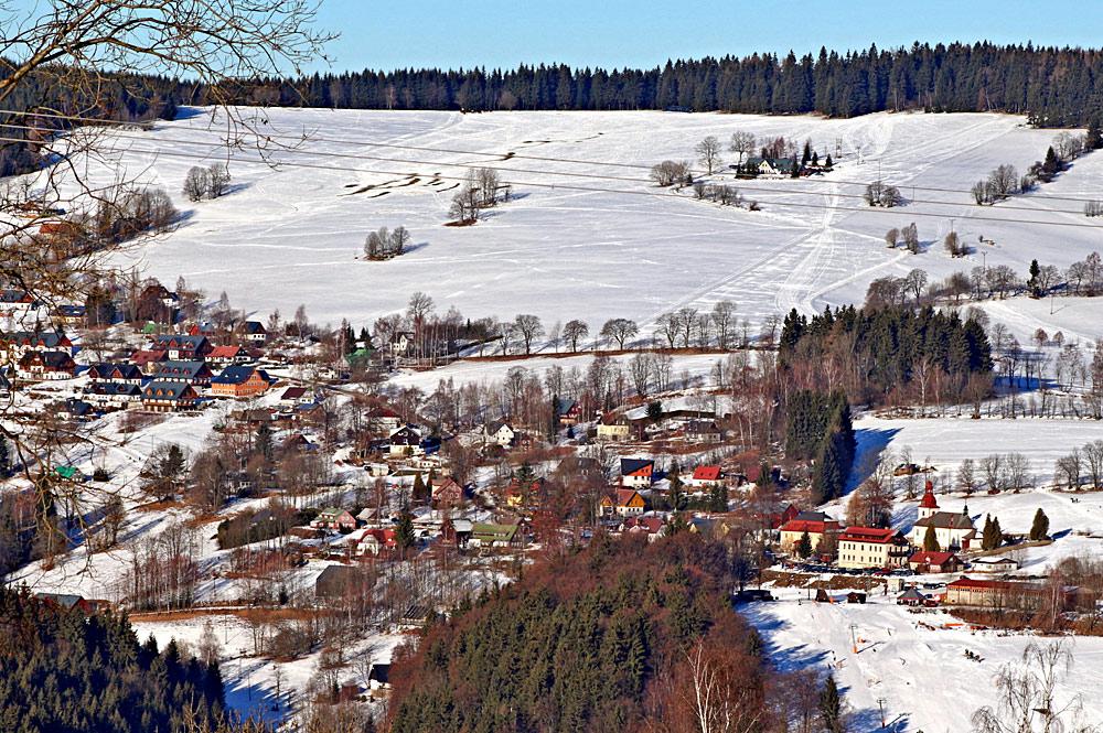Luftaufnahme des Orts Vitkovice Krkonosich