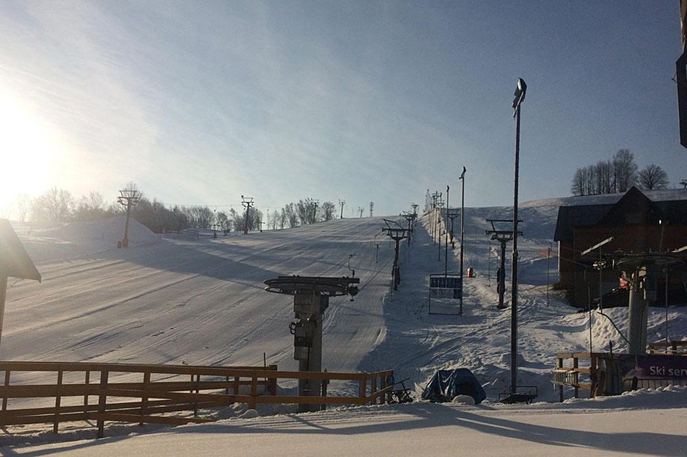 Blick auf den Sessellift an der Talstation des Skiparks Mlade Buky