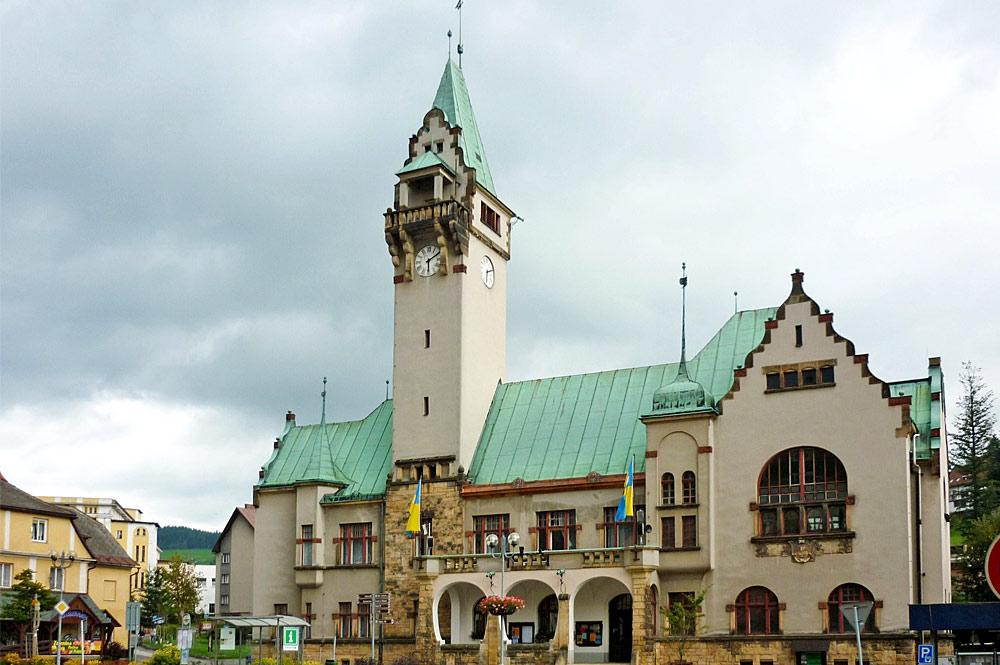 Außenansicht des Rathauses in Rokytnice nad Jizerou