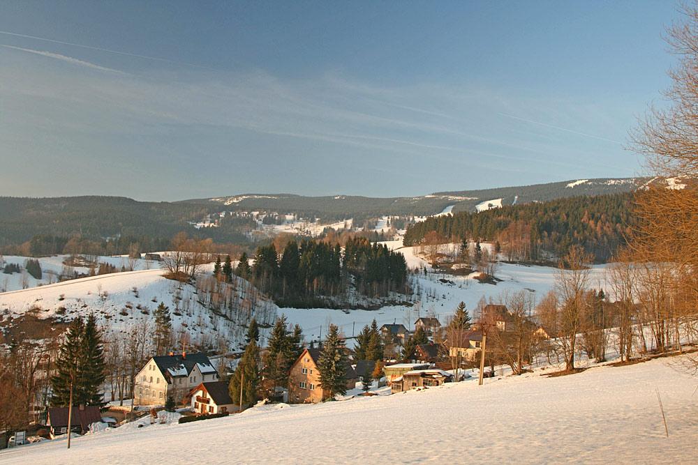 Blick auf das verschneite Rokytnice nad Jizerou