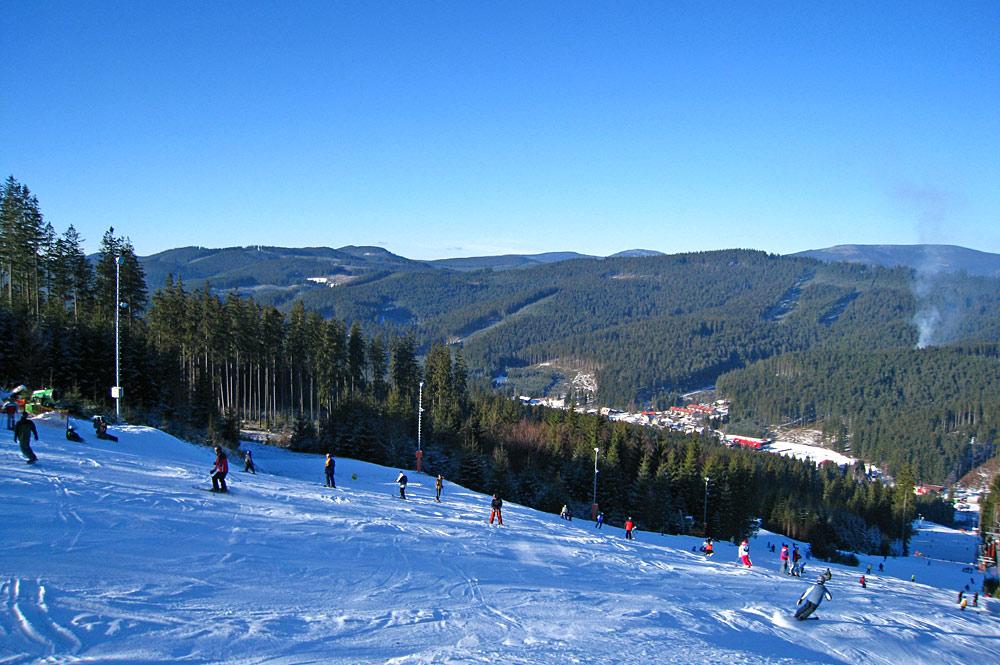 Skifahrer auf einer Piste im Skigebiet Ski Bílá