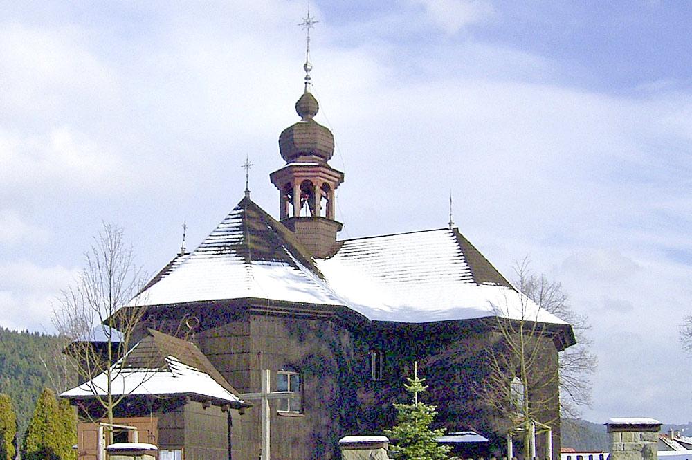Außenansicht der Holzkirche Maria Schnee in Velké Karlovice