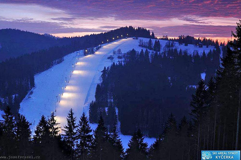 Beleuchtete Nachtskipiste im Ski Areal Synot-Kycerka