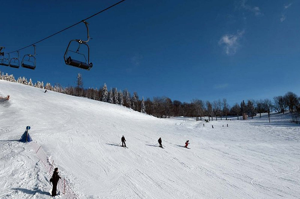 Skifahrer auf einer Piste im Ski Areal Jested