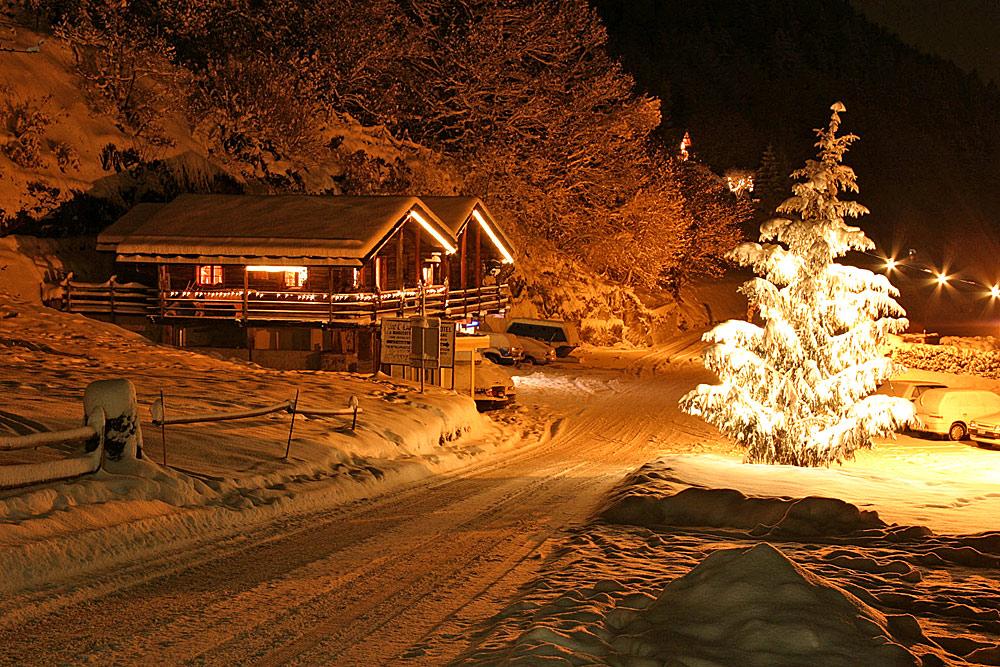Blick auf das winterliche Les Marécottes-Salvan bei Nacht