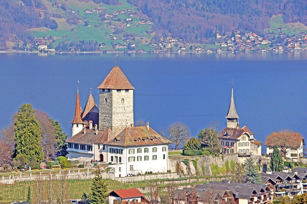 Schloss Spiez und Schlosskirche in Spiez