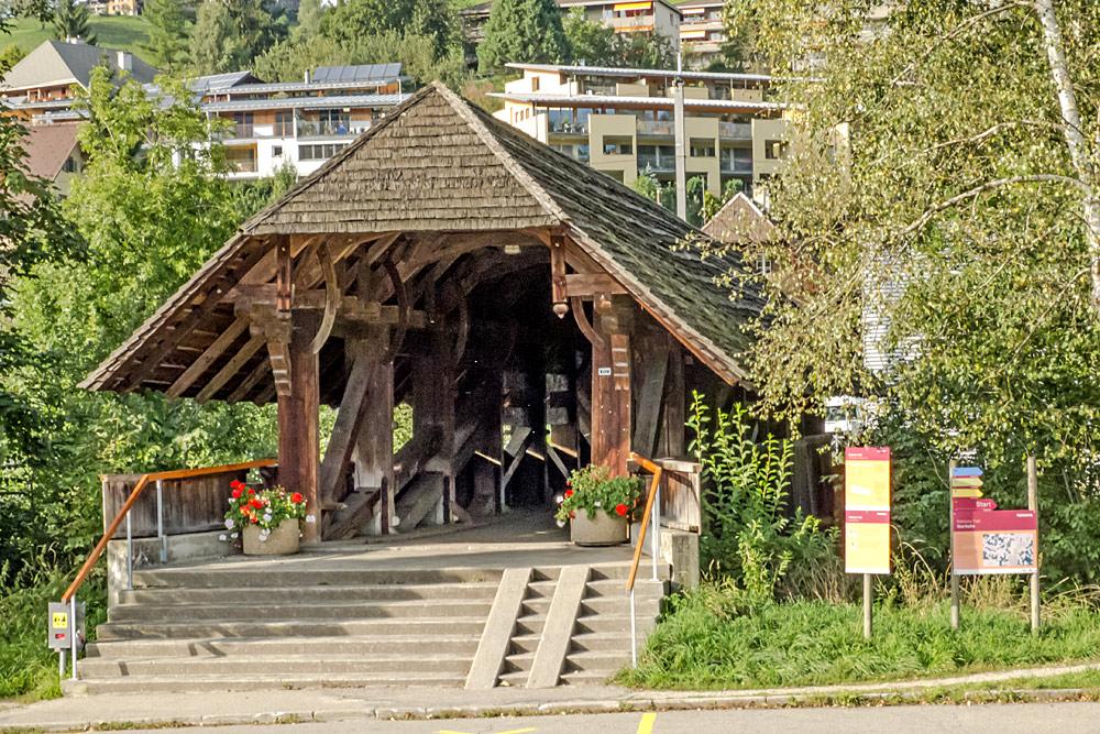 Blick auf die überdachte Moosbrücke aus Holz über die Ilfis in Langnau im Emmental
