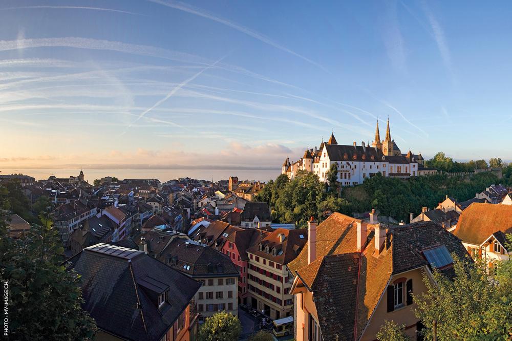 Blick auf Neuenburg, das Schloss und den Neuenburgersee