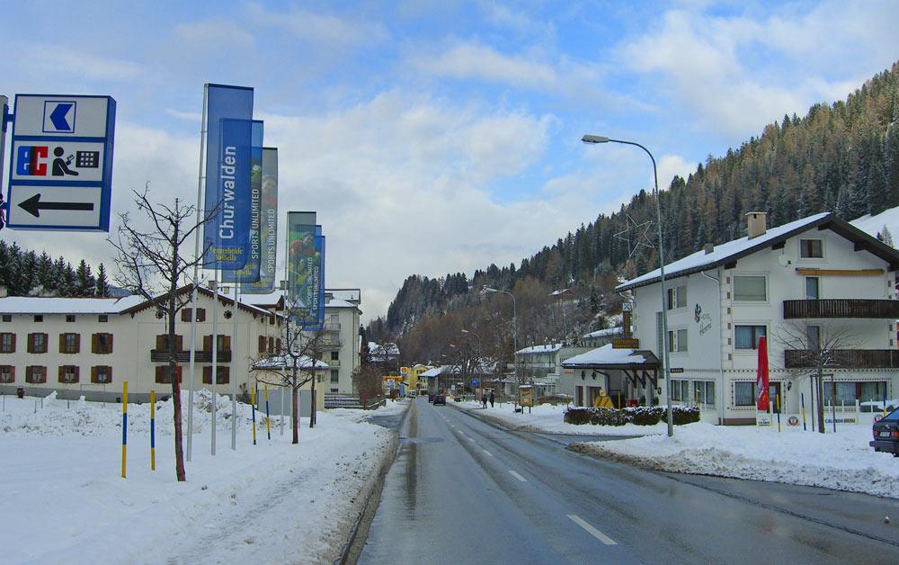 Blick auf die Dorfstraße von Churwalden