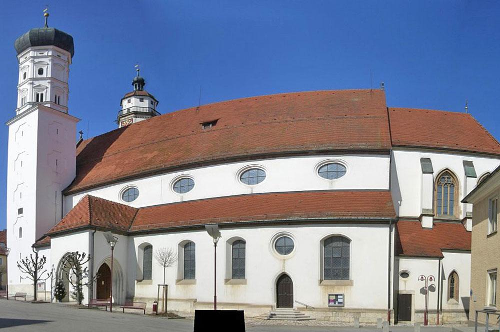 Außenansicht der Stadtkirche in Giengen an der Brenz