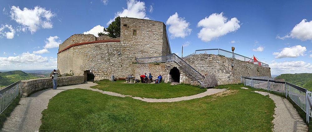 Panoramaaufnahme von Burg Hohenneuffen bei Neuffen