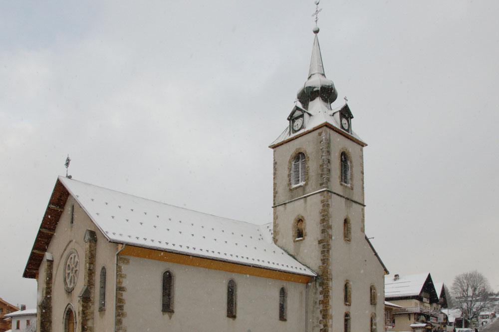 Blick auf die Kirche des Bergdorfs