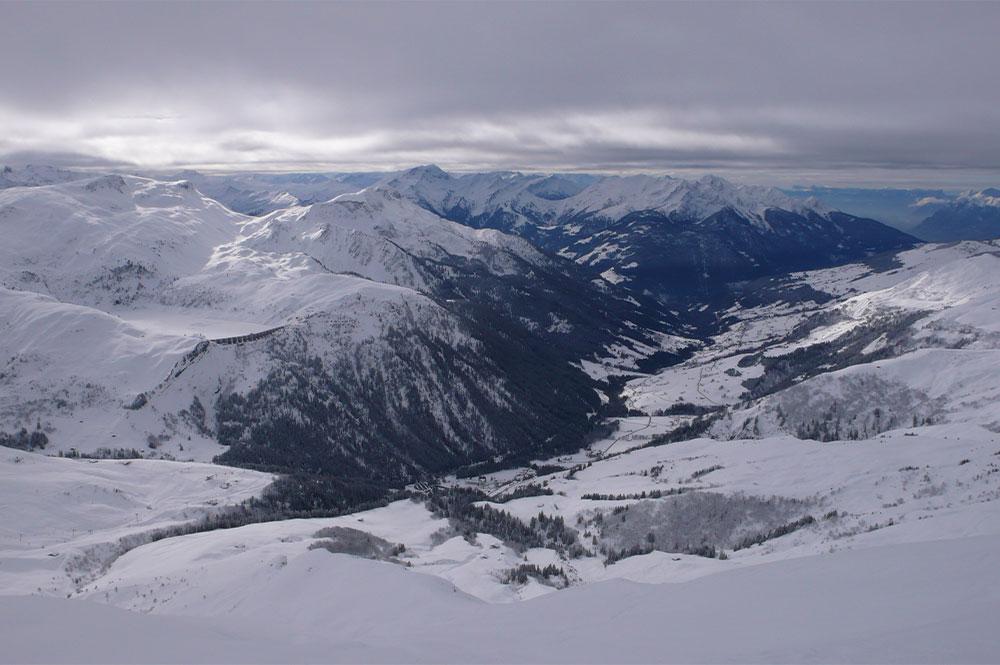 Blick auf das beschneite Tal Hauteluce