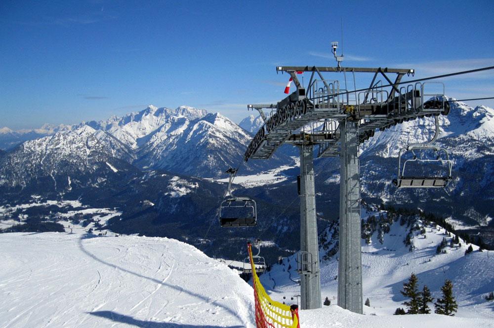 Blick auf die Oberste Stütze des Sesseliftes Höfener Almbahn im Skigebiet Höfen-Hahnenkamm