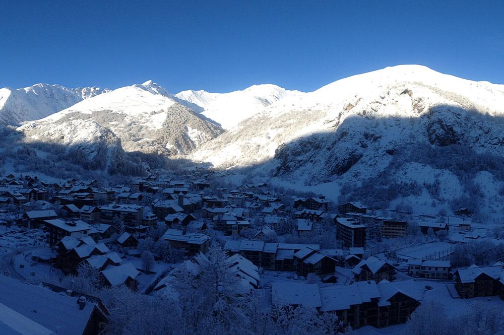 Blick auf die verschneite Gemeinde Valloire