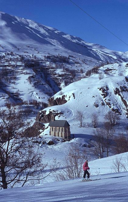 Blick auf die beschneite Savoie Valloire Chapelle