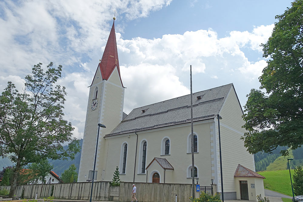 Außenansicht der Pfarrkirche St. Jakobus der Ältere in Berwang