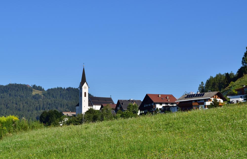 Blick auf Reith bei Seefeld mit der Pfarrkirche