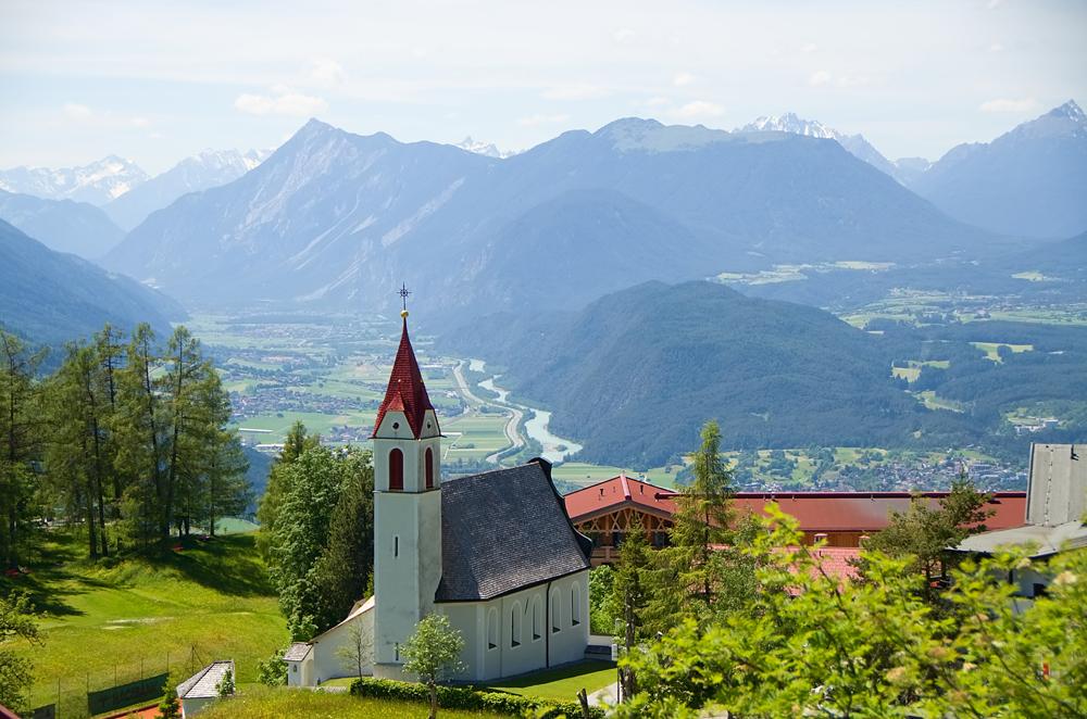 Blick auf die Kirche von Mösern und ins Oberinntal