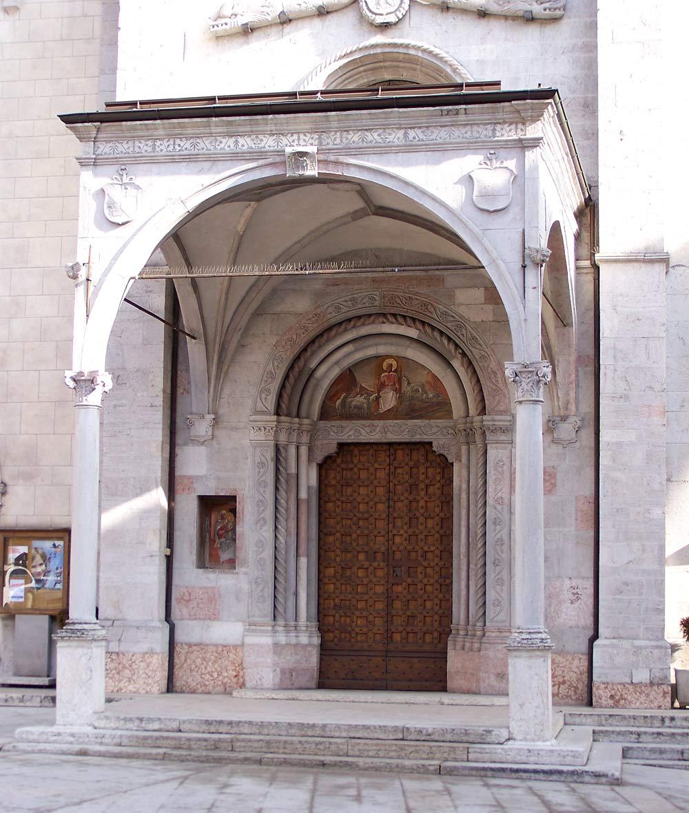 Eingang zur Kirche Santa Maria Assunta in Malè