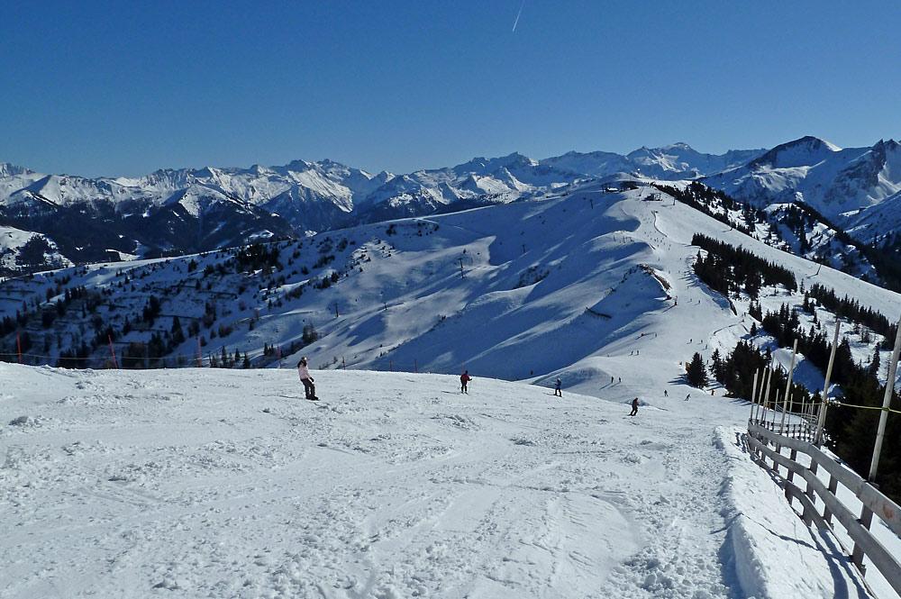 Wintersportler auf einer Piste in Dorfgastein