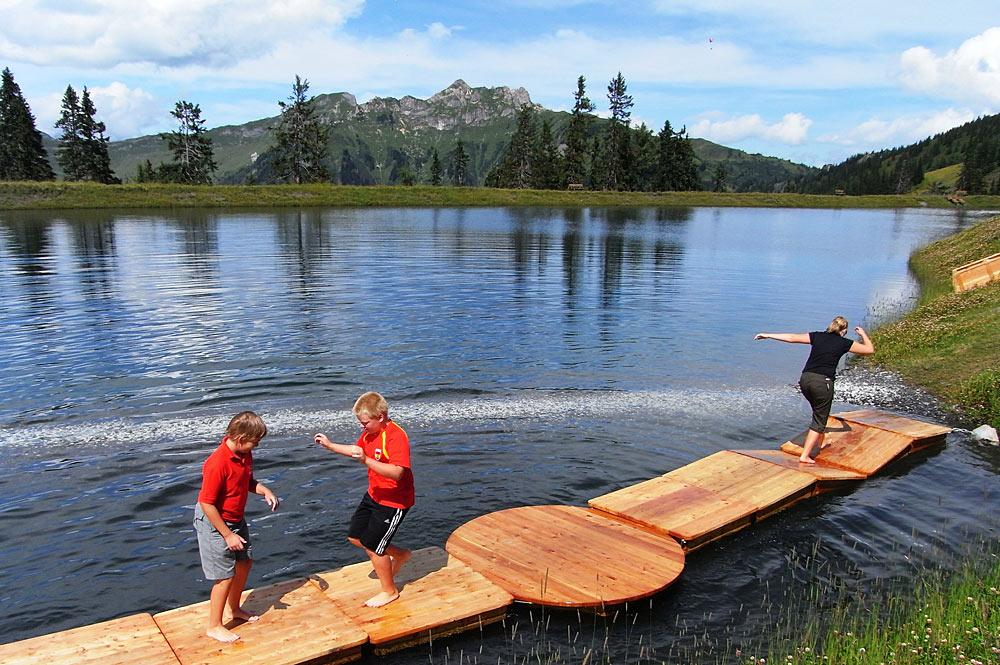 Kinder auf dem Wackelsteg am Spiegelsee bei Dorfgastein