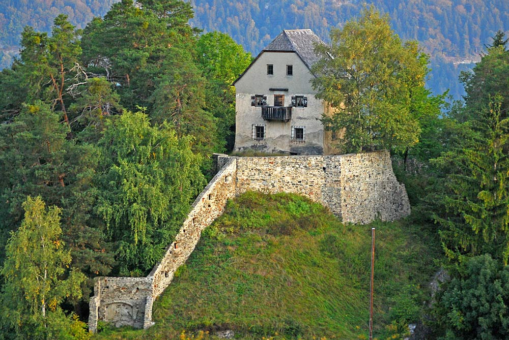 Blick auf die Mauer und den Turm der Burgruine Vellenberg bei Götzens
