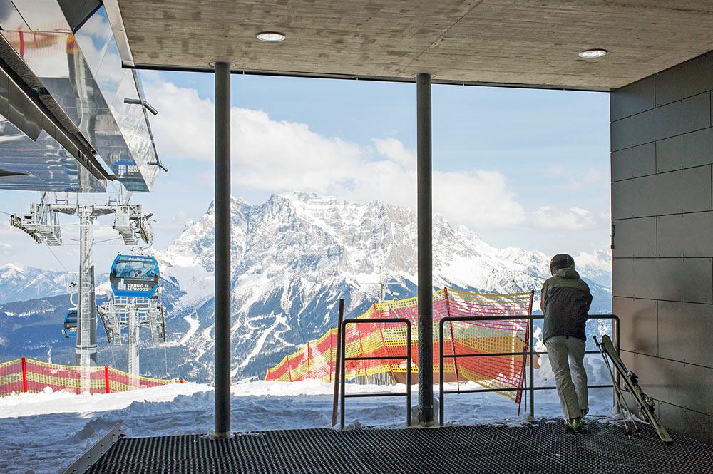 Skifahrer in der Bergstation des Grubigsteins bei Lermoos