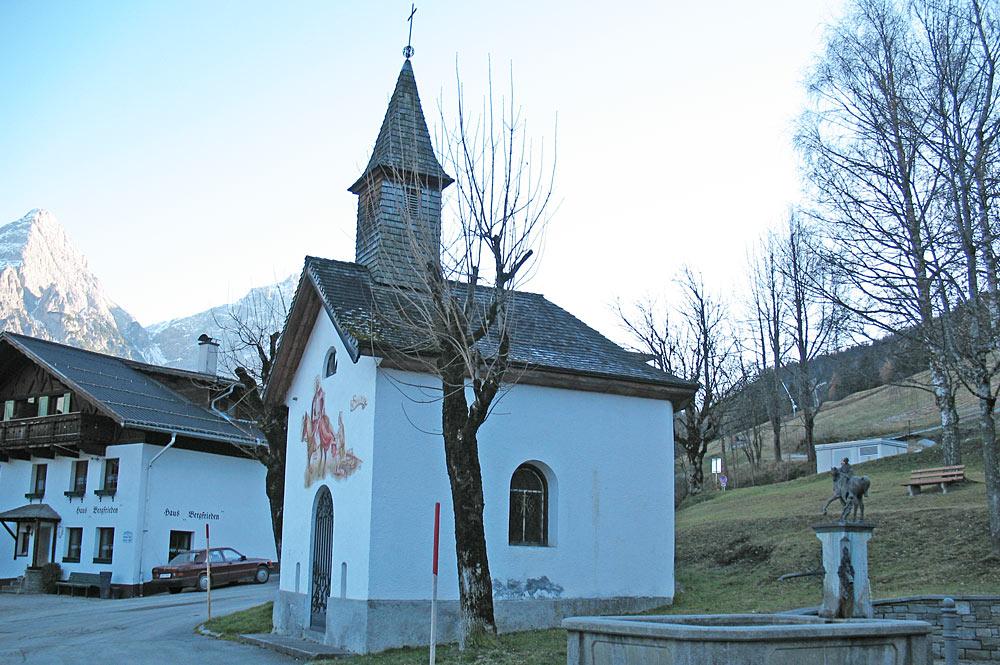 Außenansicht der Ortskapelle Heiliger Martin in Lermoos