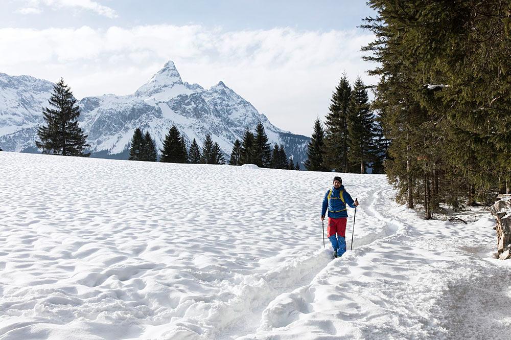 Winterwanderer in der verschneiten Landschaft bei Lermoos