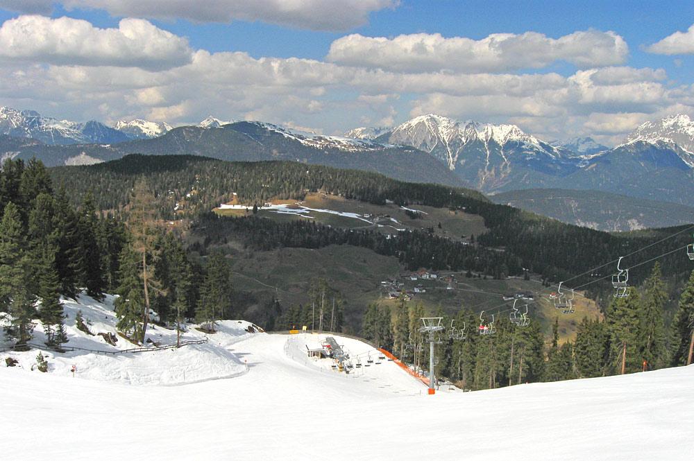 Blick auf die Piste neben dem Kühtailift im Skigebiet Hochoetz
