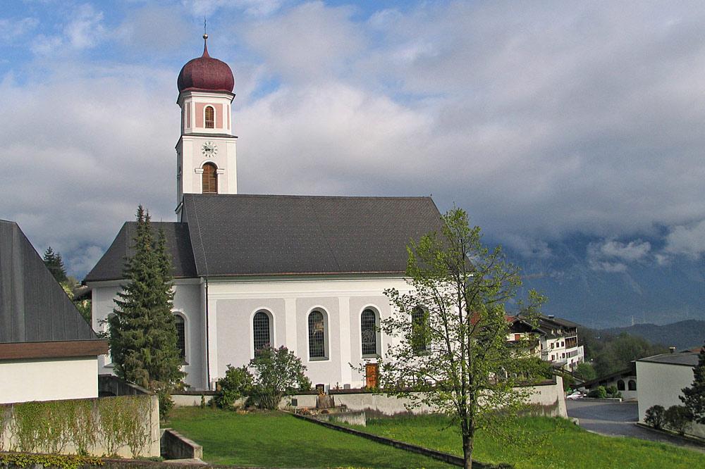 Außenansicht der Pfarrkirche Mariä Himmelfahrt in Sautens