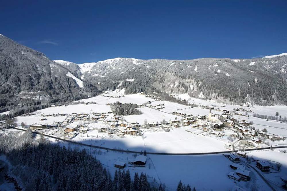 Ausblick auf den winterlichen Ort Krimml