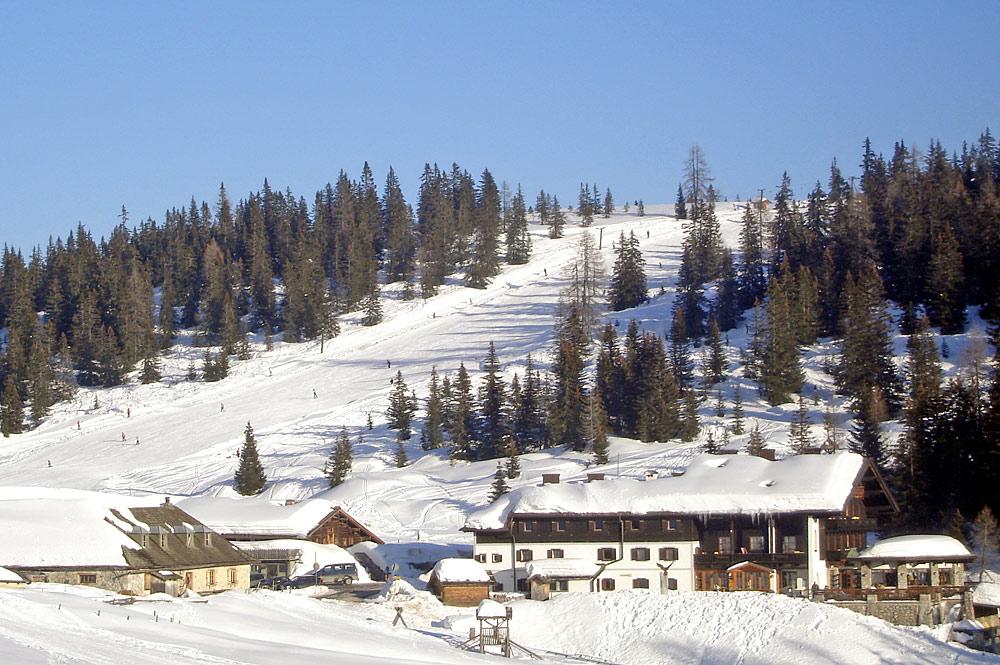 Blick auf die Piste am Arthurhaus im Skigebiet Hochkönig