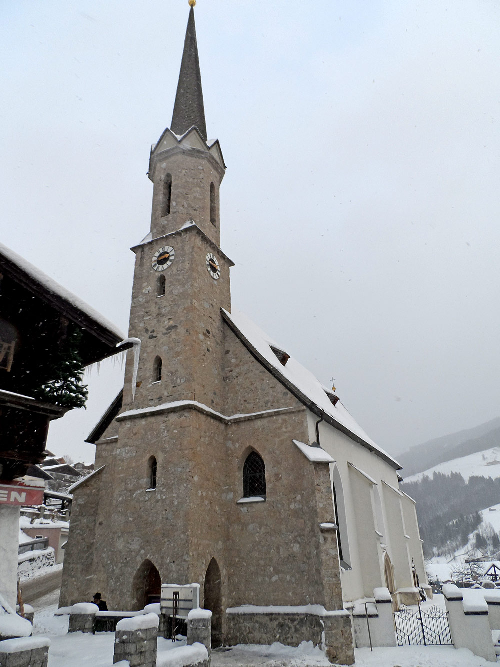 Außenansicht der Pfarrkirche St. Sebastian in Mühlbach am Hochkönig