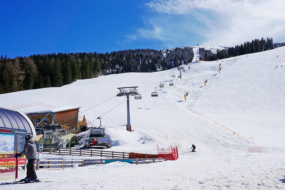 Blick auf Sessellift und Piste im Skigebiet Innerkrems